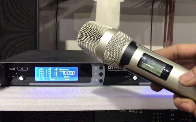 Micro không dây không có tiếng do tay mic quá xa đầu thu